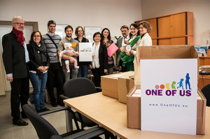 OneOfUs-Petition-uebergabe-gruppe
